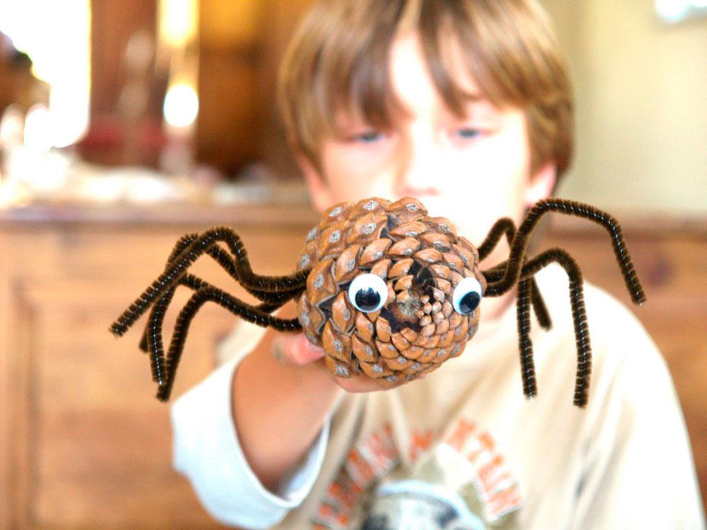паук из шишки и проволоки