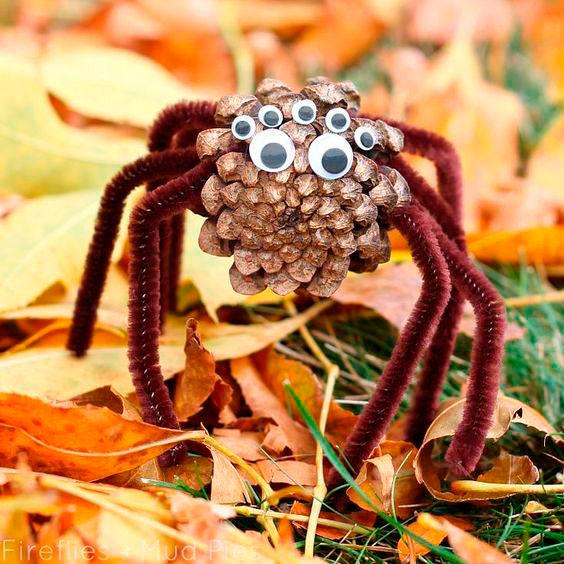 паук из шишек