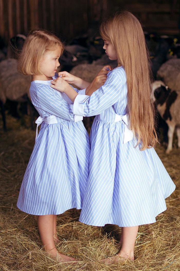 две девочки в красивых платьях