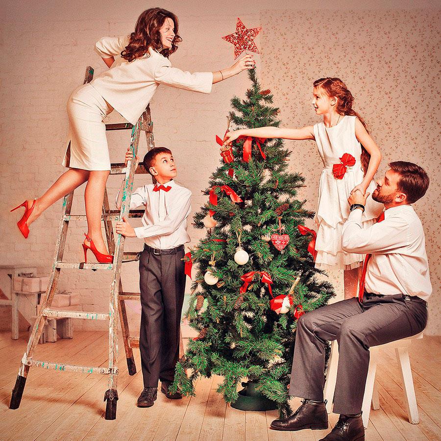 семья наряжает елку
