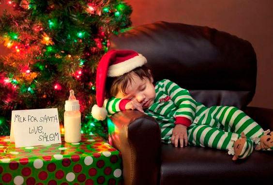 малыш уснул у елки