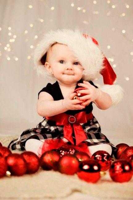 красивая девочка в новогоднем колпаке