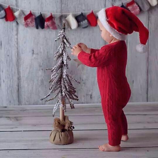 малышок наряжает елку