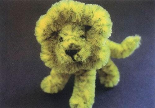лев из пушистой проволоки