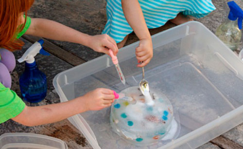 Home experiences with water and paint for children: the search for treasure