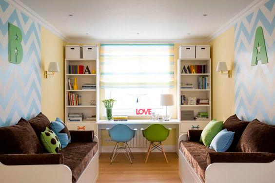 Дизайн детской комнаты для 2 мальчиков: два стола