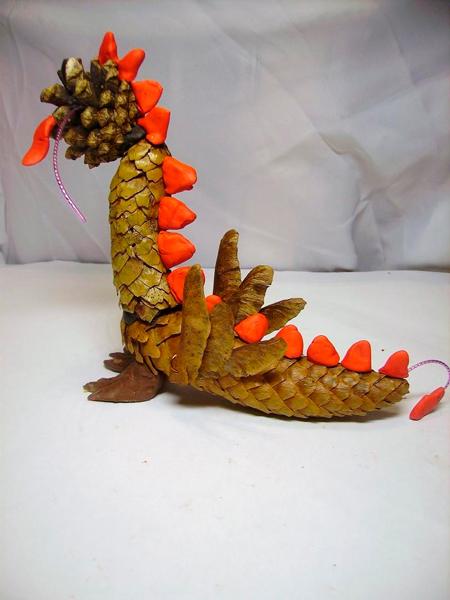 дракон из шишек