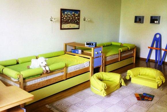 две кровати для маленьких мальчиков в спальне
