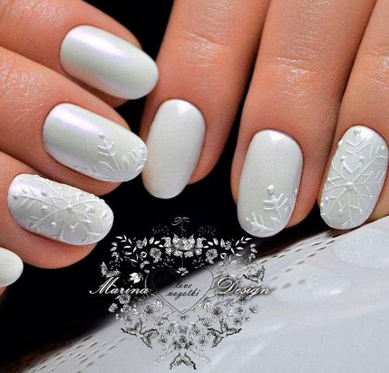 снежинки на серых ногтях