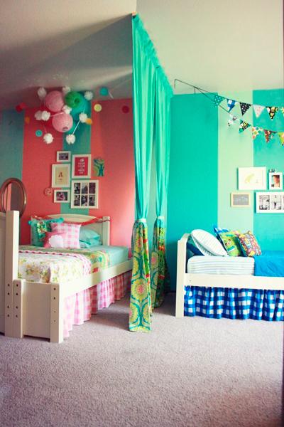 зонирование с помощью штор в комнате для двух разнополых детей
