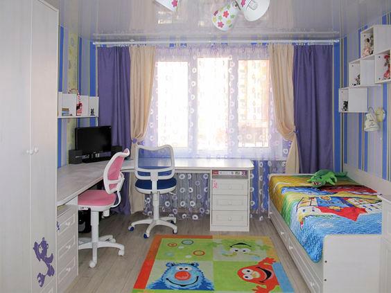 рабочие место у окна в комнате двух разнополых детей