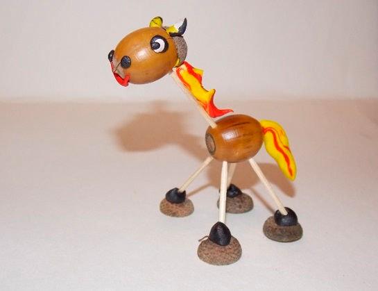 детская поделка из желудей и пластилина: лошадь