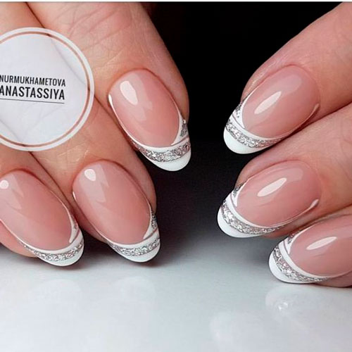 Nail art design in white: french