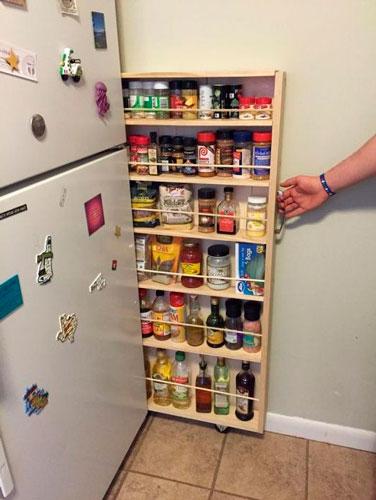 идея как навести порядок на маленькой кухне: узкий шкаф