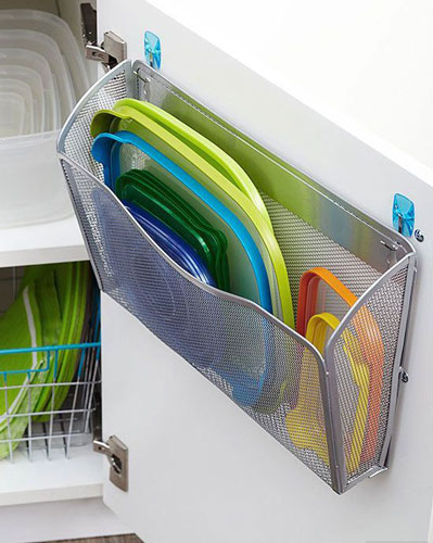 идея как навести порядок на маленькой кухне: хранение крышек