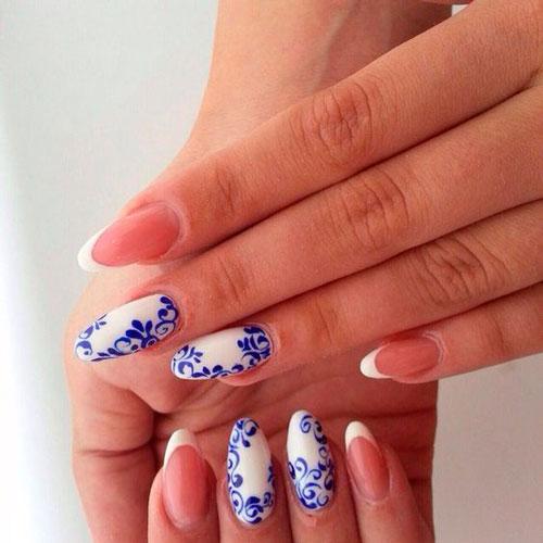 дизайн ногтей в белом цвете с голубым рисунком