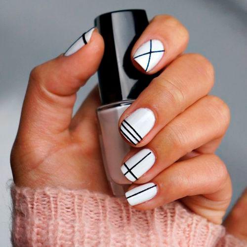 романтичный дизан ногтей с белыми полосками