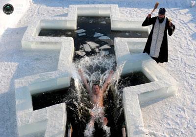 купание в проруби на крещение женщине