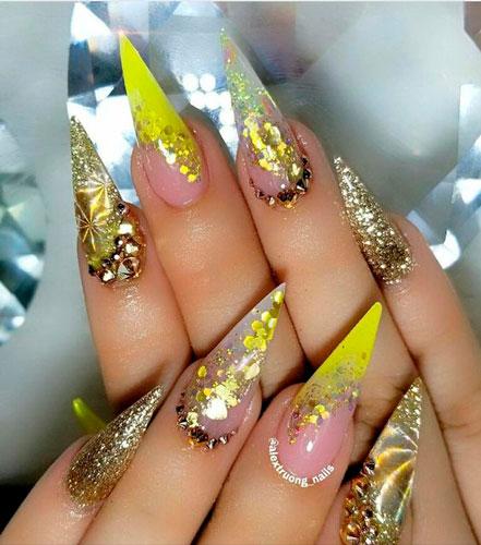 желтые острые ногти