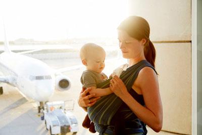 грудной ребенок в слинге в самолете