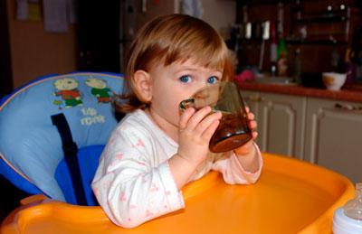 ребенок в 2 года пьет из бутылочки