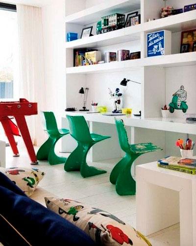 письменный стол в детской комнате для трех детей