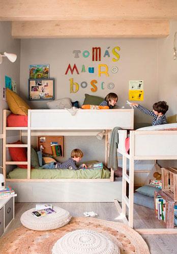 кровати из икея в детской комнате для трех детей