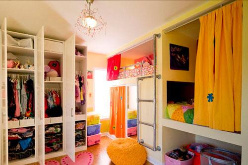 организация спального места в комнате с тремя детьми
