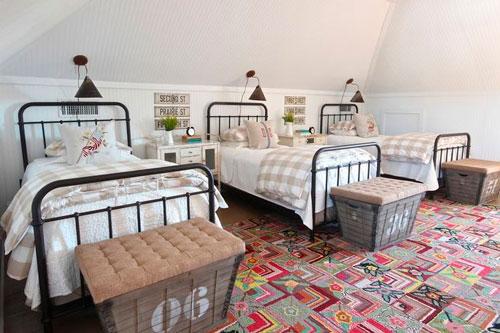 линейное расположение кроватей в спальне для троих детей