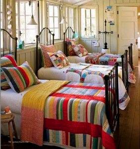 Три кровати вряд для троих детей