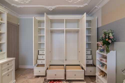 Планировка детской комнаты для двоих детей: хранение одежды 3