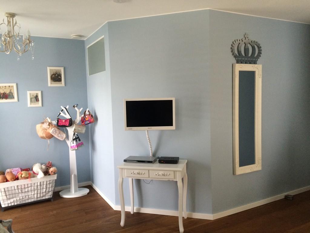 голубой цвет в детской комнате для девочки