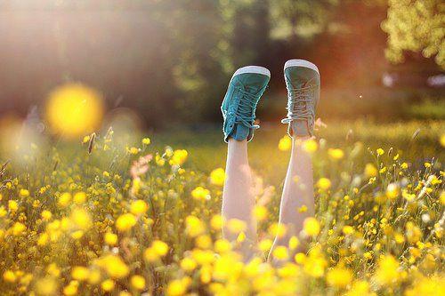 креативная идея для фотоссесии в одуванчиках весной