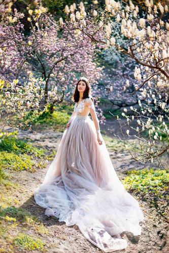 красивые весенние фото среди цветущих деревьев