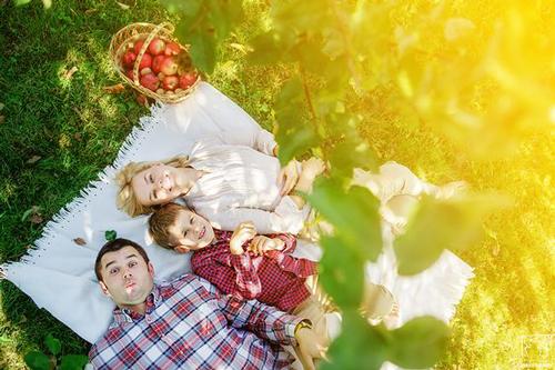 Идеи для семейной фотосессии с детьми на природе: пикник
