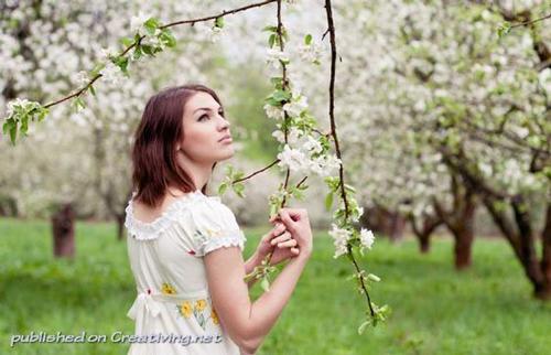 идеи для весенней фотоссесии среди цветущих деревьев