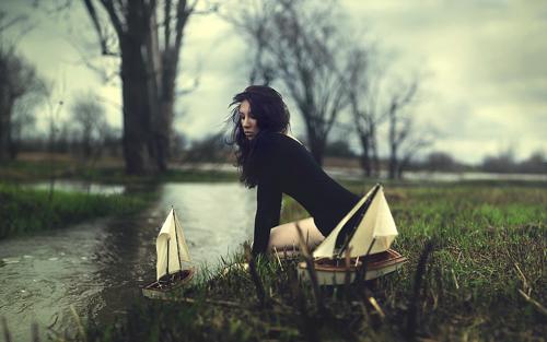 девушка пускает кораблики весной
