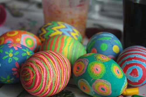 красим яйца на Пасху с помощью восковых мелков 3