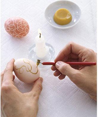 оригинальное окрашивание яиц на Пасху с помощью воска