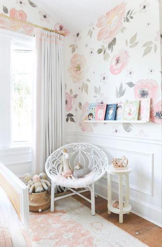 классическая детская комната для девочки в бело-розовом цвете