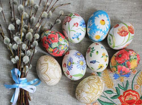 красим яйца на Пасху в технике декупаж