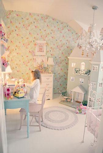 классическая детская комната для девочки в бело-розовом цвете с кукольным домиком