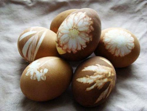 Красим яйца на Пасху оригинально с помощью луковой шелухи и листьев