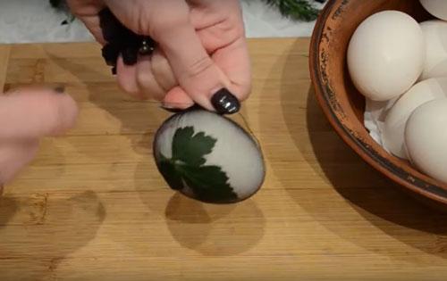 Красим яйца на Пасху оригинально с помощью луковой шелухи