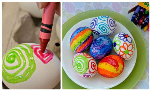 красим яйца на Пасху с помощью восковых мелков