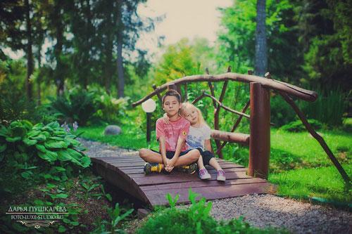семейная фотосессия на природе: идея для для фото на мосту