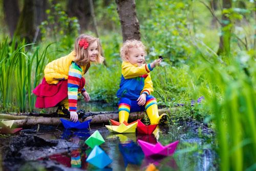 дети запускают кораблики - идея для фото