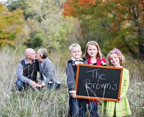 семейная фотосессия на природе: идея для с доской