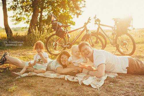 идея семейной фотосессии на велосипедах