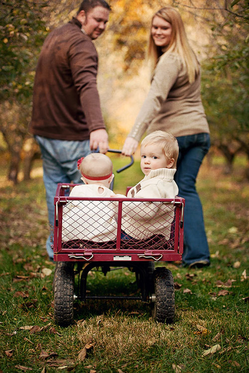 идея семейной фотосессии в дачной тележке